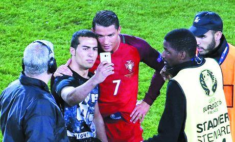 Goc nhin 365: Ronaldo cu viec choi do di, van chua den gio dien! - Anh 1