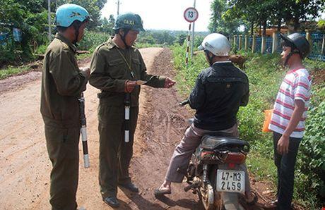 Tranh cai viec cong an xa 'huy dong' tai san - Anh 1