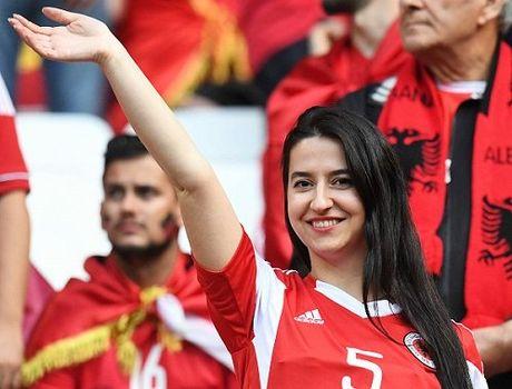 Fan nu Albania tiep tuc 'dai nao' tren khan dai - Anh 10