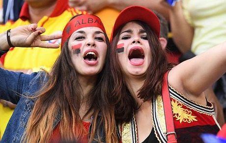 Fan nu Albania tiep tuc 'dai nao' tren khan dai - Anh 11