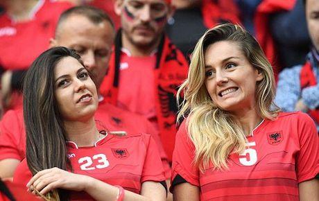 Fan nu Albania tiep tuc 'dai nao' tren khan dai - Anh 12