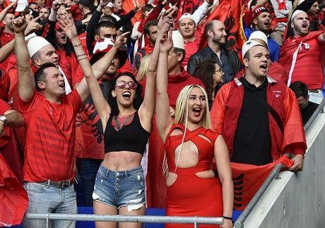 Fan nu Albania tiep tuc 'dai nao' tren khan dai - Anh 1