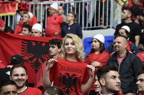 Fan nu Albania tiep tuc 'dai nao' tren khan dai - Anh 2