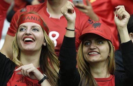 Fan nu Albania tiep tuc 'dai nao' tren khan dai - Anh 5