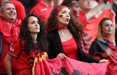 Fan nu Albania tiep tuc 'dai nao' tren khan dai - Anh 6