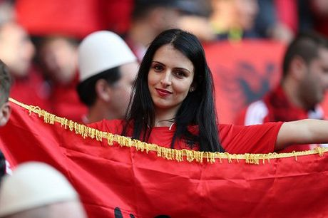 Fan nu Albania tiep tuc 'dai nao' tren khan dai - Anh 7