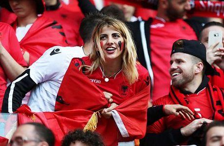 Fan nu Albania tiep tuc 'dai nao' tren khan dai - Anh 9