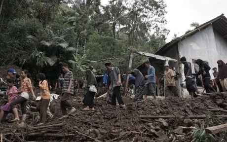 Lu lut, lo dat tai Indonesia: So nguoi thiet mang tang len 35 - Anh 1