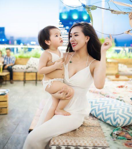 Hot girl Mai Tho khoe dang non na ben con gai - Anh 19