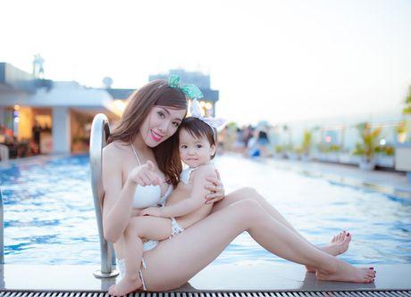 Hot girl Mai Tho khoe dang non na ben con gai - Anh 5