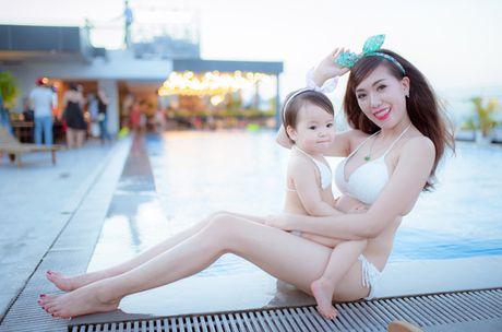 Hot girl Mai Tho khoe dang non na ben con gai - Anh 7