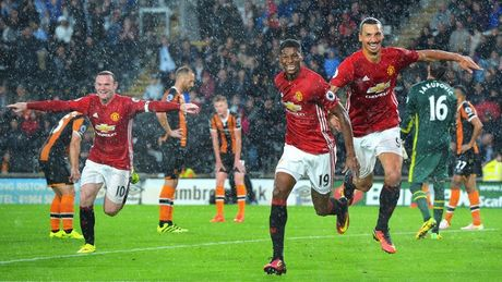 MU thang Hull City: Mike Phelan kich hoat Fergie Time, Mourinho toan thang ca 3 tran - Anh 3