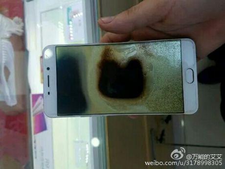 Smartphone Oppo F1 Plus tu phat no khien gioi tre Viet lo lang - Anh 1