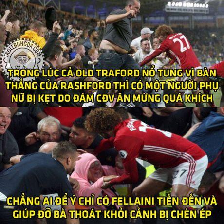 Fan Man United trao Qua bong vang cho Rashford, Guardiola dau hang Barcelona - Anh 17