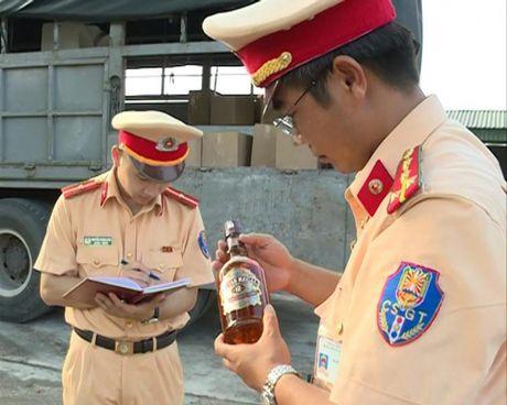 Bat giu xe o to cho 420 chai ruou ngoai khong ro nguon goc - Anh 1