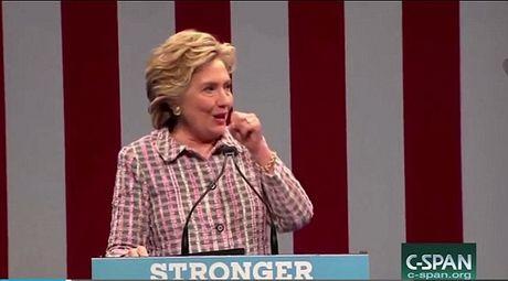 Ba Clinton ho su su, phai nho mat vu diu xuong khan dai - Anh 2