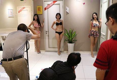 Gai tre mac bikini tao dang phan cam bi 'nem da' du doi - Anh 8