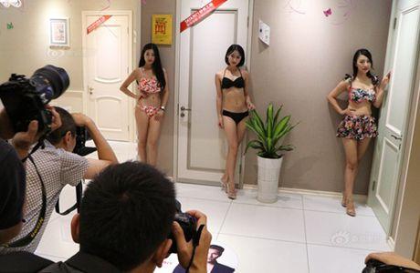 Gai tre mac bikini tao dang phan cam bi 'nem da' du doi - Anh 9