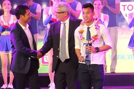 Vi sao HLV Huu Thang bo ve trong gala mung cong V.League? - Anh 1