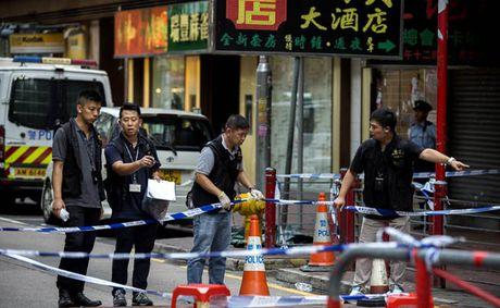 Hong Kong: Chan vu tan cong bang dao, canh sat ban 3 nguoi bi thuong - Anh 1