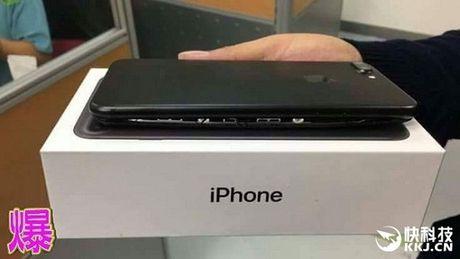 Dap hop Iphone 7 Plus phat hien pin phinh bien dang - Anh 1