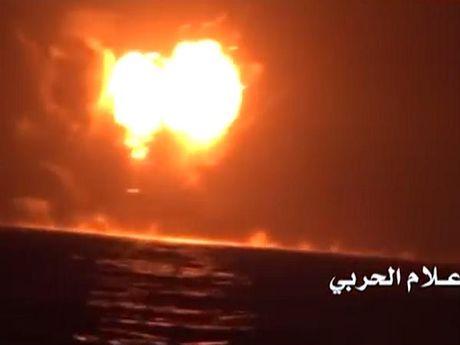 Quan noi day Houthi cong bo video ban chim tau chien UAE gan Yemen - Anh 1