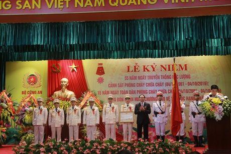 Canh sat Phong chay, chua chay don nhan Huan chuong Bao ve To quoc hang Nhat - Anh 1