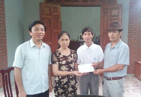 LDLD huyen Huong Khe (Ha Tinh): Tham hoi gia dinh doan vien bi thiet hai do chay cho - Anh 2