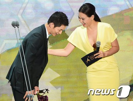 'Nguoi tinh' Song Hye Kyo rung le nhan giai thuong lon - Anh 2