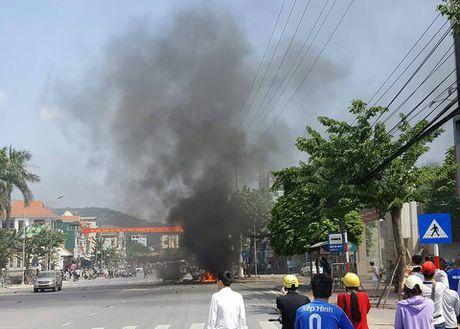 Hien truong vu no taxi kinh hoang, 2 nguoi chet o Quang Ninh - Anh 1