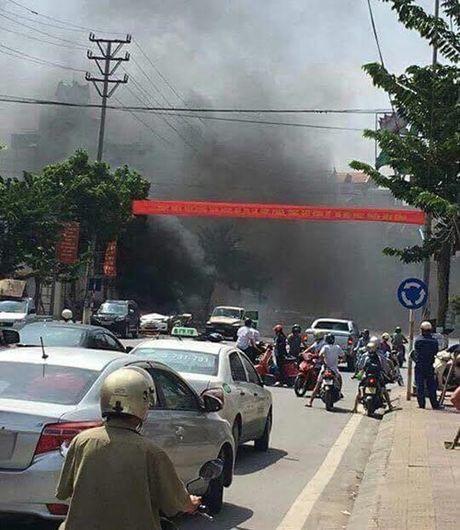 Hien truong vu no taxi kinh hoang, 2 nguoi chet o Quang Ninh - Anh 4