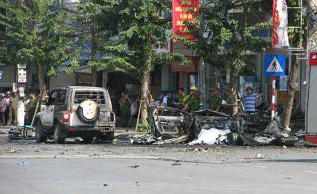 Hien truong vu no taxi kinh hoang, 2 nguoi chet o Quang Ninh - Anh 8
