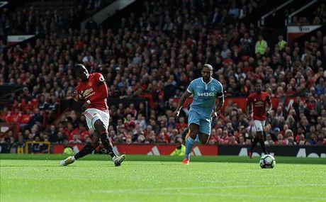 Man United 1-1 Stoke City: Qua den cho Quy do - Anh 2