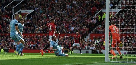 Man United 1-1 Stoke City: Qua den cho Quy do - Anh 3