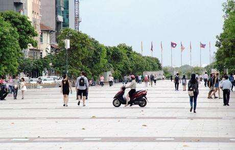 Phuong tien ngang nhien vao pho di bo Nguyen Hue (TP.HCM) - Anh 1