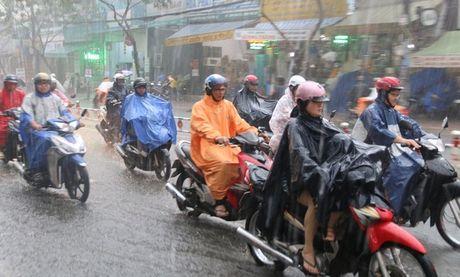 TP.HCM tiep tuc mua lon, nguoi dan than trong trong viec di chuyen - Anh 1
