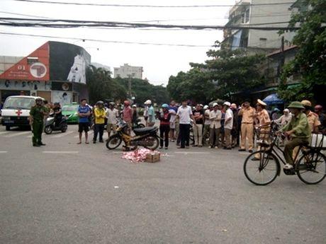 Thanh Hoa: Mot nguoi phu nu bi xe buyt can tu vong - Anh 1