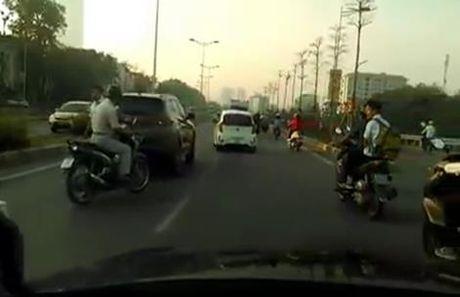Ba xe don toa o duong tren cao Ha Noi - Anh 3