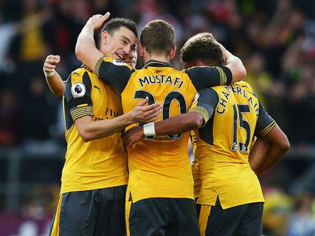 Tranh cai: Bong cham tay cau thu Arsenal khi ghi ban - Anh 1