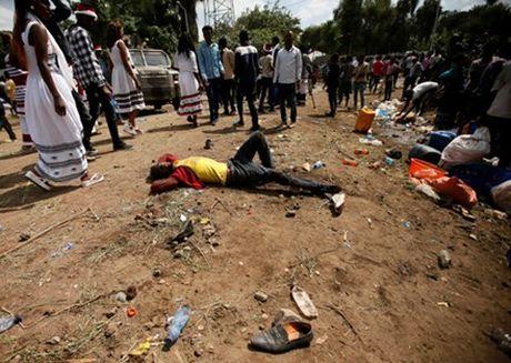 Hang ngan nguoi giam dap len nhau o Ethiopia gay thuong vong lon - Anh 1