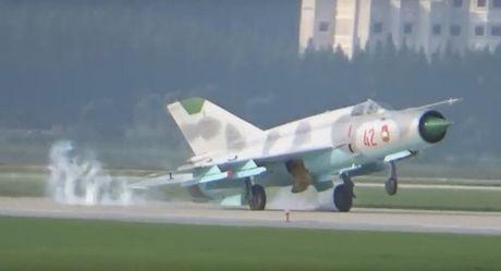 May bay chien dau MiG-21 Trieu Tien gap su co ha canh khi trinh dien - Anh 1
