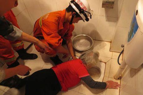 Hy huu: Nguoi phu nu bi ket tay trong toilet vi vot rang gia - Anh 3