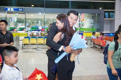 Khanh Ngan diu dang ra san bay don A vuong Ngoc Tinh ve nuoc - Anh 5