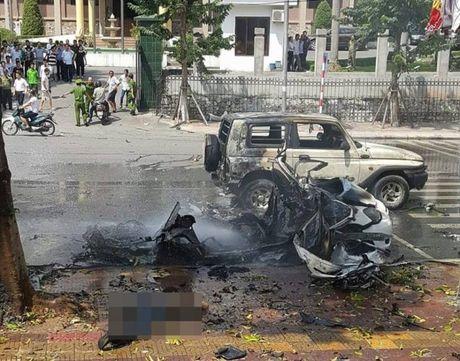 Quang Ninh: Xe taxi bat ngo no tung, hai nguoi dan ong tu vong tai cho - Anh 1