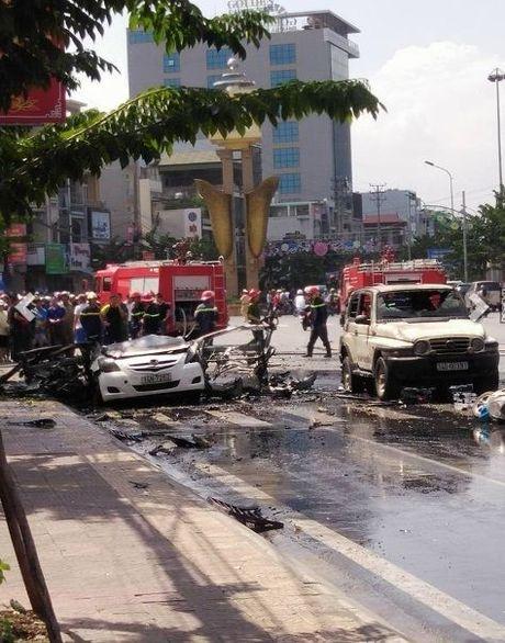 Quang Ninh: Xe taxi bat ngo no tung, hai nguoi dan ong tu vong tai cho - Anh 2