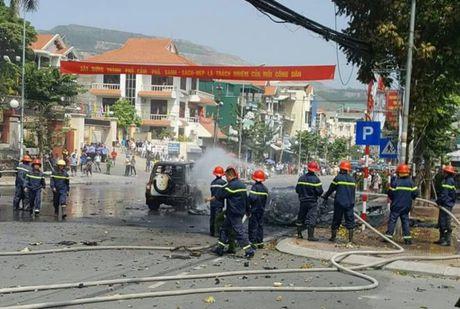 Quang Ninh: Xe taxi bat ngo no tung, hai nguoi dan ong tu vong tai cho - Anh 4