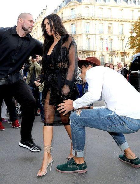 Kim Kardashian bi trom de doa bang sung, cuop trang suc 11 trieu USD tai Paris - Anh 8
