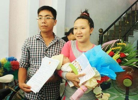 Da Nang: 5 cong dan dau tien duoc trao giay khai sinh tan nha - Anh 3