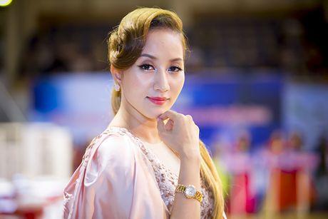 Khanh Thi khoe dong ho gan 55 vien kim cuong do Phan Hien tang - Anh 1