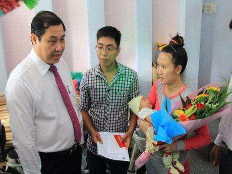 Chu tich TP Da Nang den tan nha dan trao giay khai sinh - Anh 1